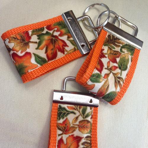 Stylische Schlüsselanhänger ´Blätter auf orange´ (breite Ausführung) für Ihren Glücksschlüssel, oder als Zierde für die Handtasche