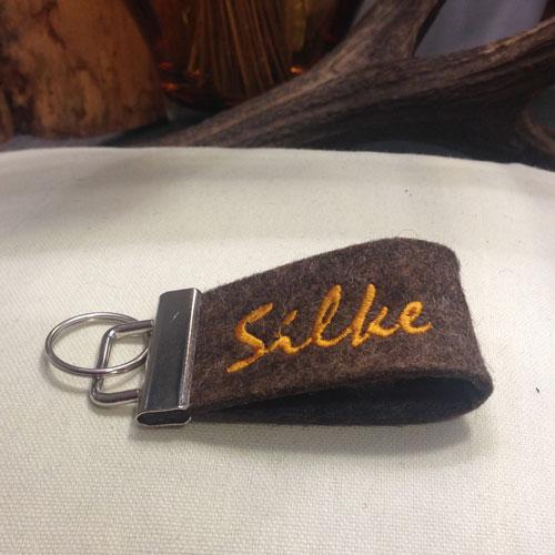 Edler Schlüsselanhänger aus Naturfilz bestickt mit Deinem Namen (breite Ausführung) für Deinen Glücksschlüssel oder als Zierde für die Handtasche