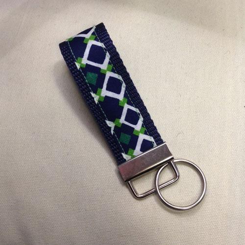 Stylische Schlüsselanhänger ´Rauten auf blau´ (schmale Ausführung) für Ihren Glücksschlüssel, oder als Zierde für die Handtasche