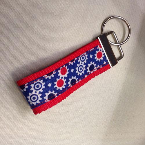 Stylische Schlüsselanhänger ´Zahnrädchen auf rot´ (schmale Ausführung) für Ihren Glücksschlüssel, oder als Zierde für die Handtasche