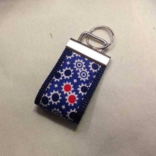 Stylische Schlüsselanhänger ´Zahnrädchen auf blau´ (breite Ausführung) für Ihren Glücksschlüssel, oder als Zierde für die Handtasche