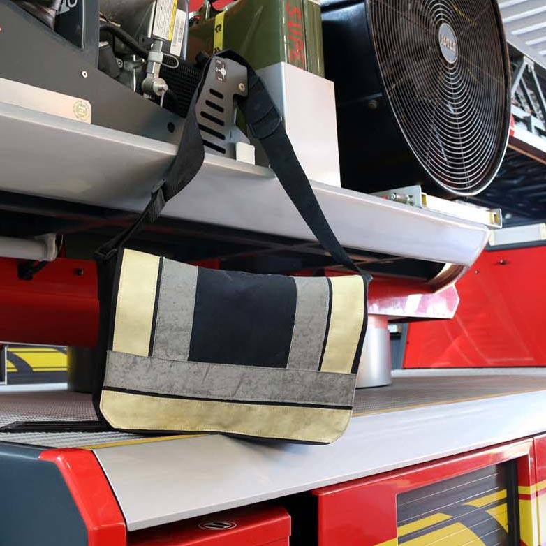 Immer noch nicht ausgedient – Umhängetasche mit Lasche aus Feuerwehr-Einsatzjacke
